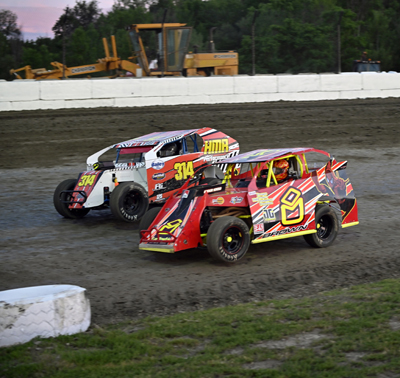Nick Mallette(314) battles Harley Brown(8) in the Modified Lites A Main